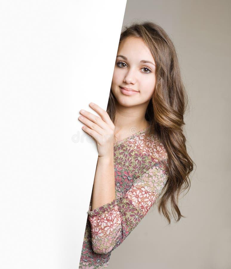 Jeune brunette magnifique de l'adolescence avec le signe blanc. photo stock