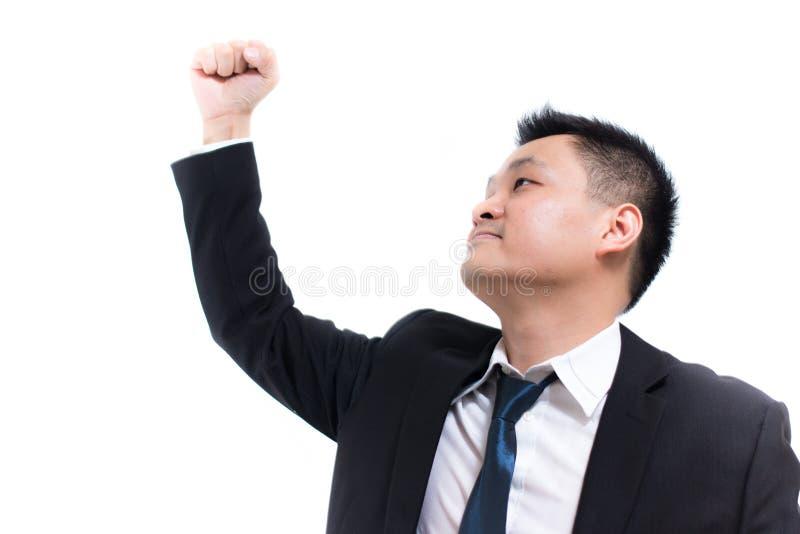 Jeune célébration asiatique d'homme d'affaires réussie Homme d'affaires heureux et sourire avec des bras tout en se tenant photographie stock