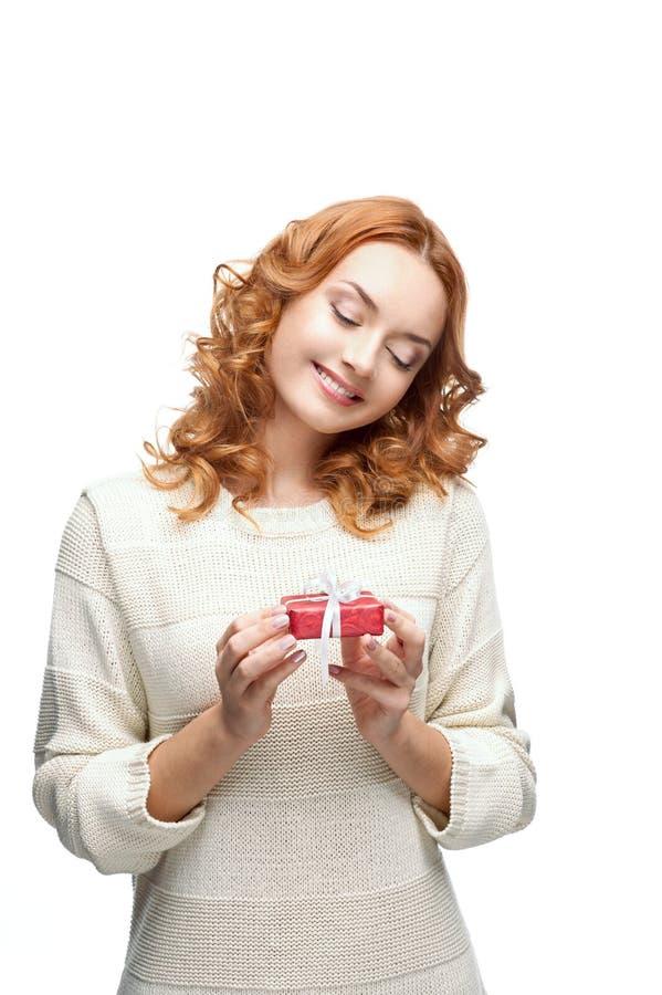 Jeune cadeau de sourire heureux red-haired de fixation de fille photos stock