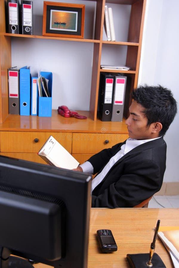 Download Jeune cadre d'affaires photo stock. Image du accomplissement - 8653768