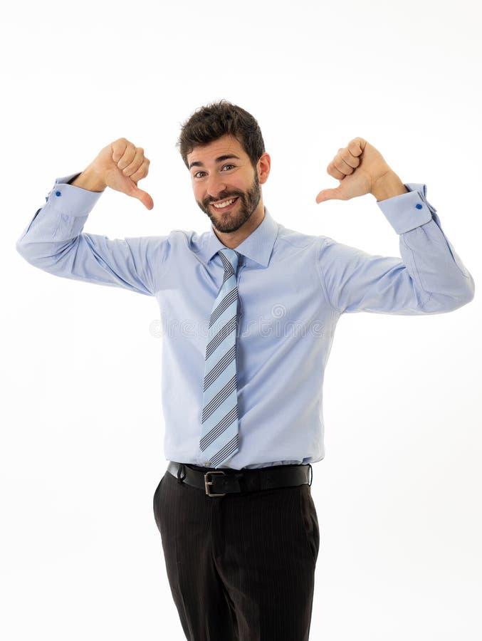 Jeune cadre d'entreprise heureux et réussi sûr attirant d'homme d'affaires d'isolement dans le blanc images stock
