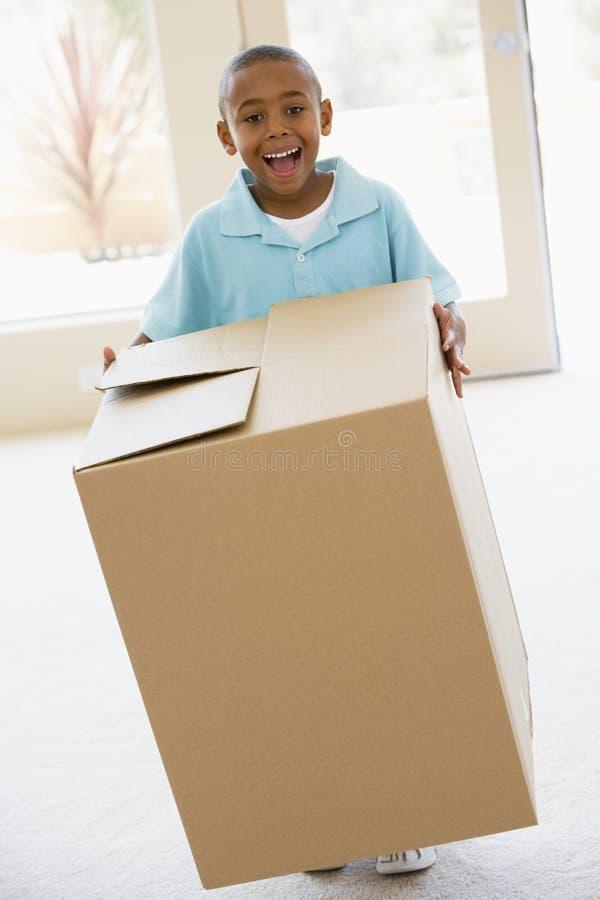 Jeune cadre de fixation de garçon dans le sourire à la maison neuf photographie stock