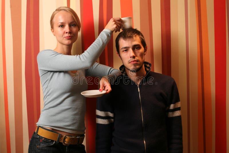 Jeune café de couples photo stock