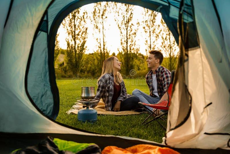 Jeune camping de couples image stock
