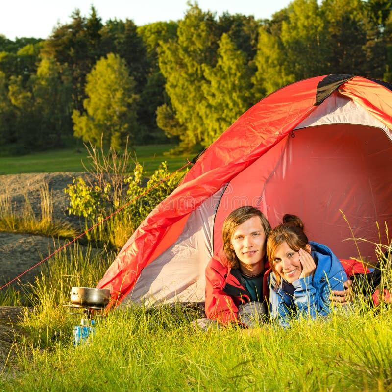 Jeune camping de couples se situant dans la tente image libre de droits
