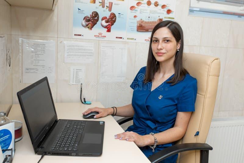 Jeune cardiologue professionnel féminin de médecin dans son bureau photos stock