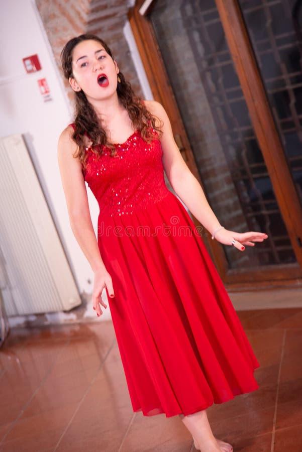 Jeune chanteur avec la voix chantant sans microphone photographie stock