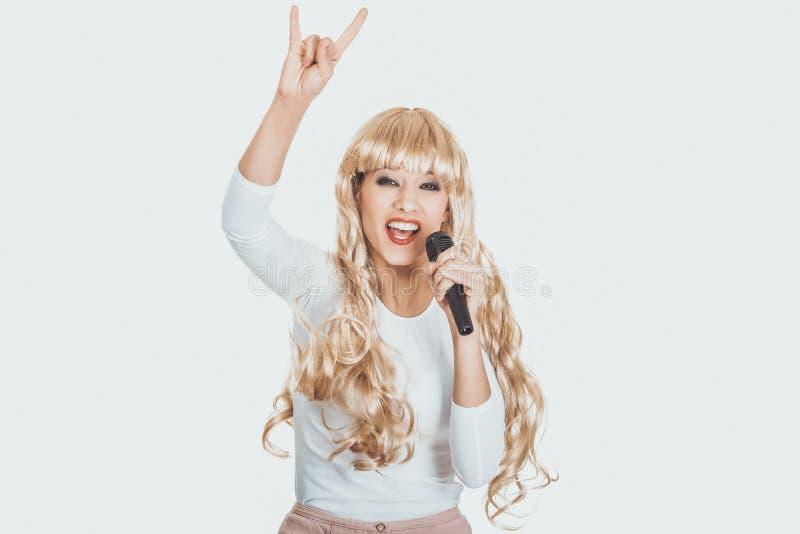 Jeune chanteur blond de femme photographie stock