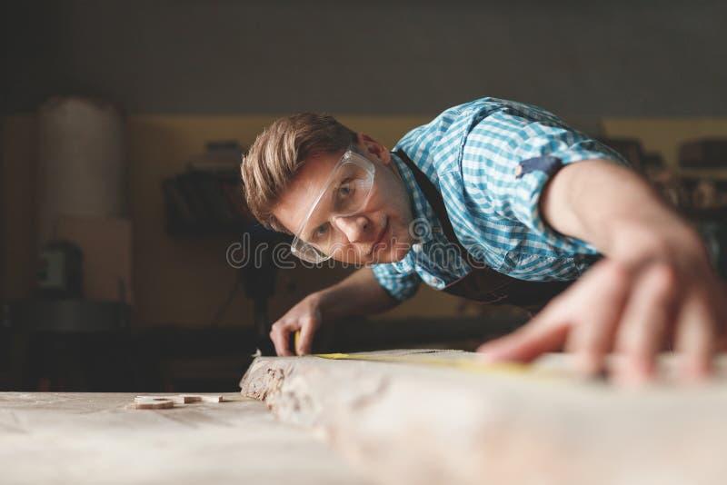 Jeune charpentier au travail images libres de droits