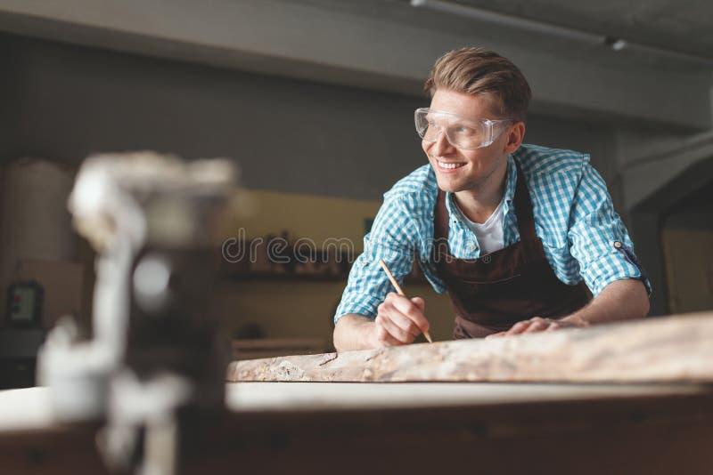 Jeune charpentier de sourire au travail image libre de droits