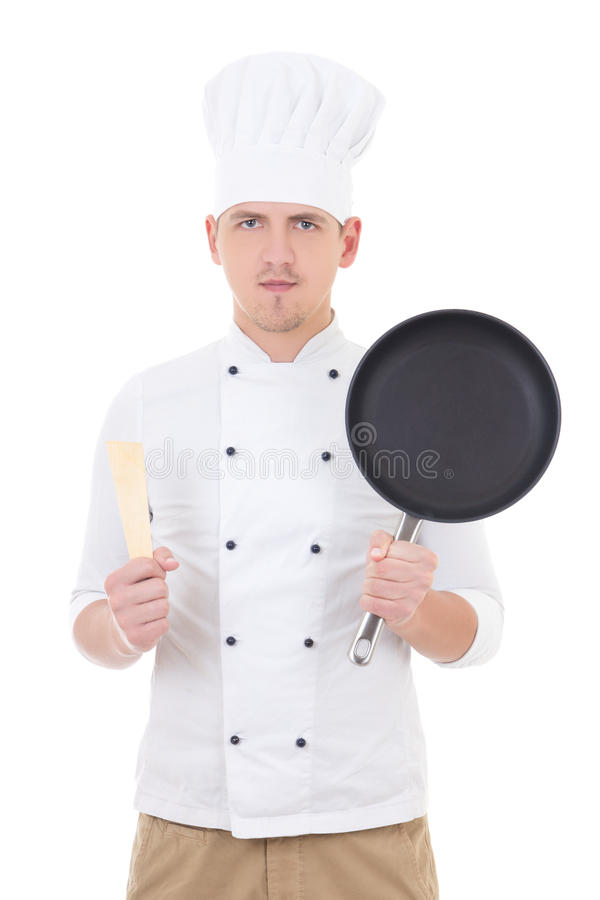 Jeune chef beau d'homme dans l'uniforme avec la poêle d'isolement sur W images stock
