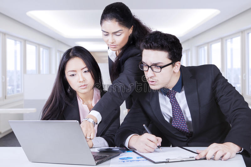 Jeune chef donnant le projet pour ses employés images stock