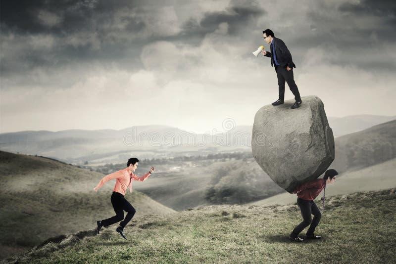 Jeune chef et ses employés dans la colline photos libres de droits