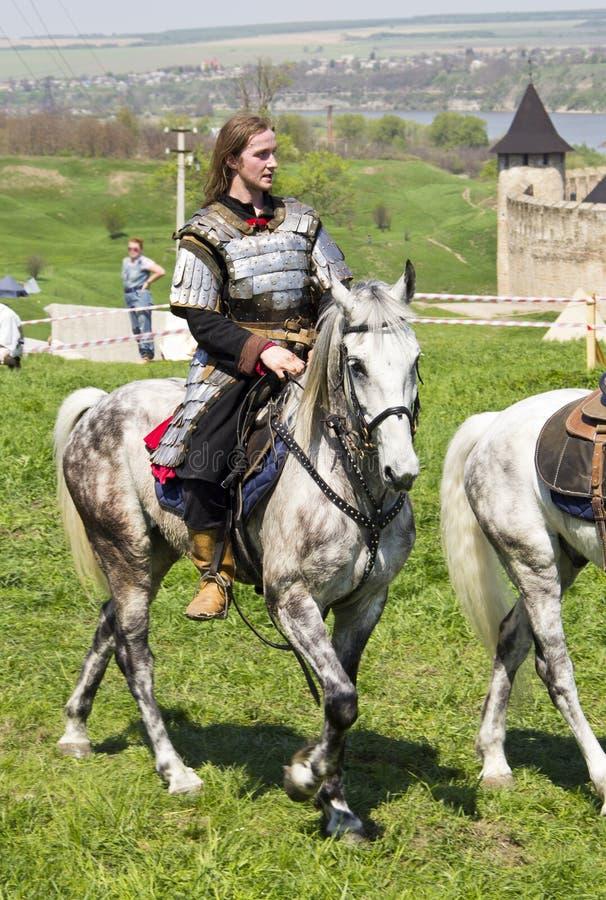 Jeune chevalier à cheval photographie stock libre de droits