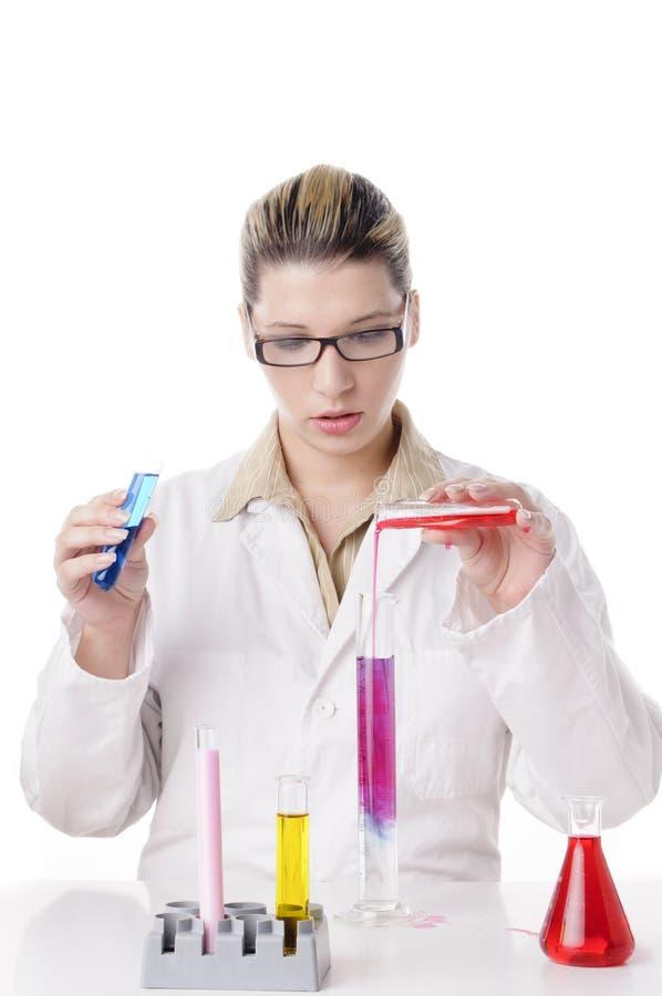 Jeune chimiste avec des tubes à essai images stock