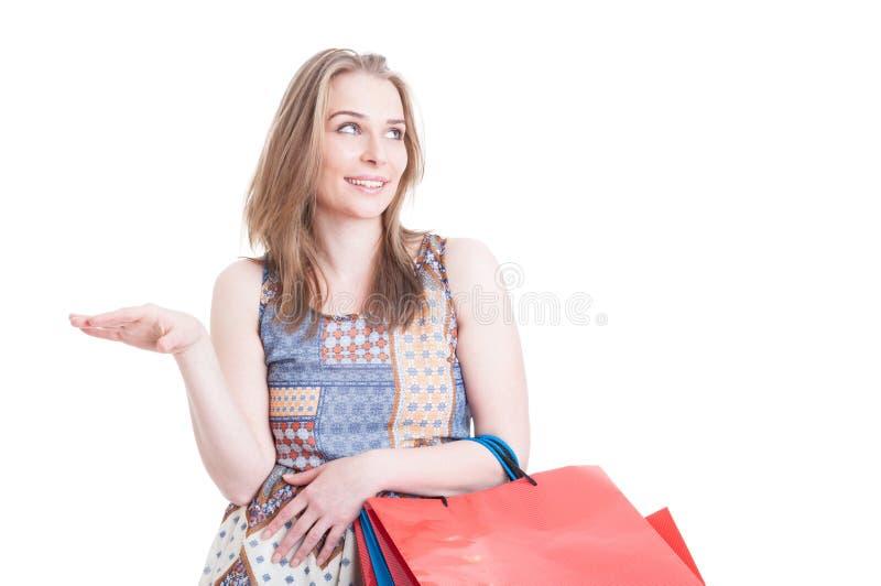 Jeune client gai faisant des achats et le bavardage photo stock