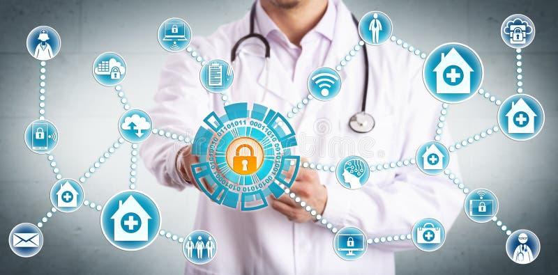 Jeune clinicien partageant solidement des données de soins de santé image libre de droits
