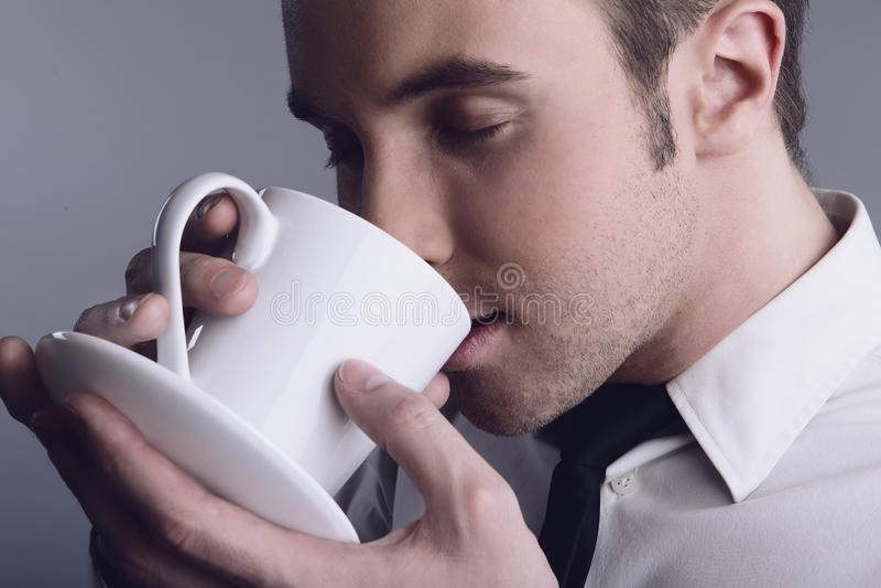 Jeune coffe potable macho attrayant photos stock