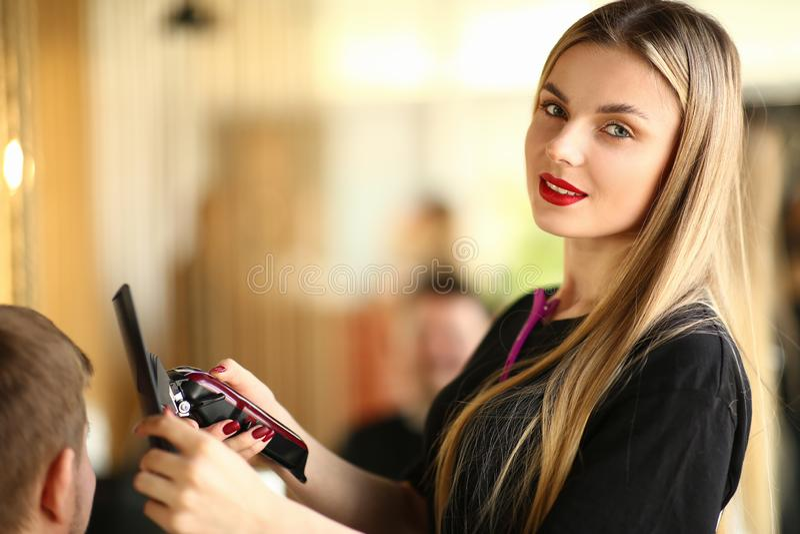 Jeune coiffeur Using Electric Razor et peigne photos libres de droits