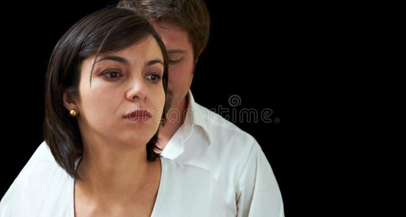 Jeune combat de couples photos stock