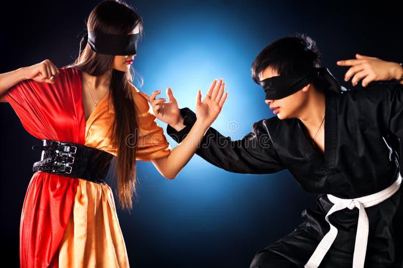 Jeune combat japonais de couples image libre de droits