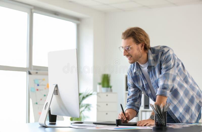 Jeune concepteur travaillant dans le bureau photos libres de droits