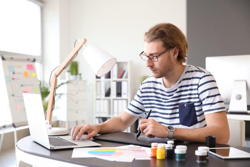 Jeune concepteur travaillant dans le bureau photos stock