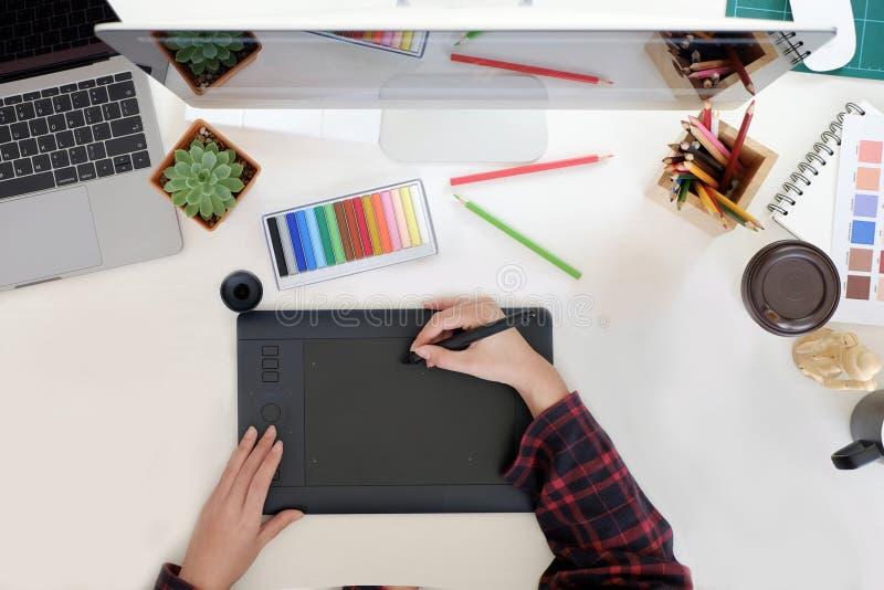 Jeune concepteur travaillant dans le studio photo libre de droits
