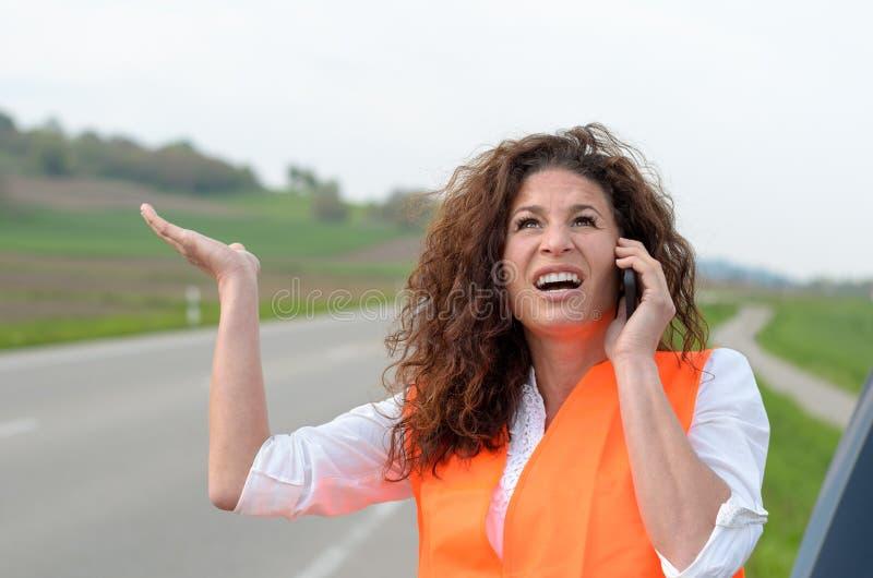 Jeune conducteur femelle exaspéré sur son mobile photos stock