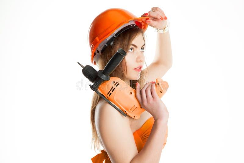 Jeune constructeur de femme de brune de beauté dans le casque photos libres de droits