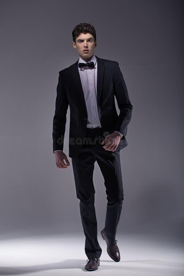 Jeune costume de port modèle élégant photos libres de droits
