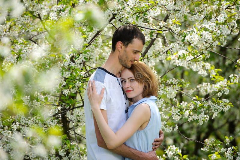 Jeune couple dans le jardin image stock