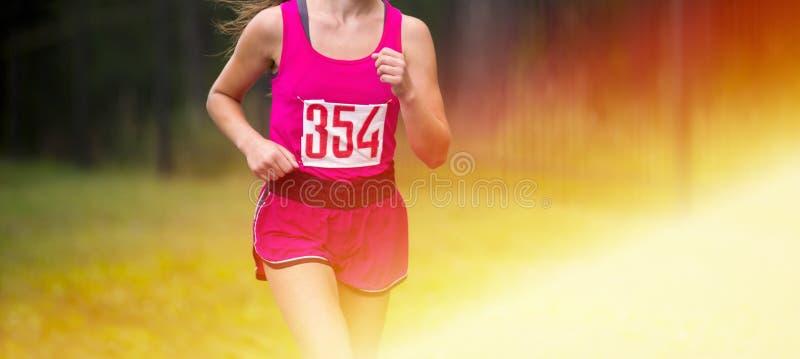 Jeune coureur de femme de forme physique fonctionnant sur la route fille préparant le herse photos stock