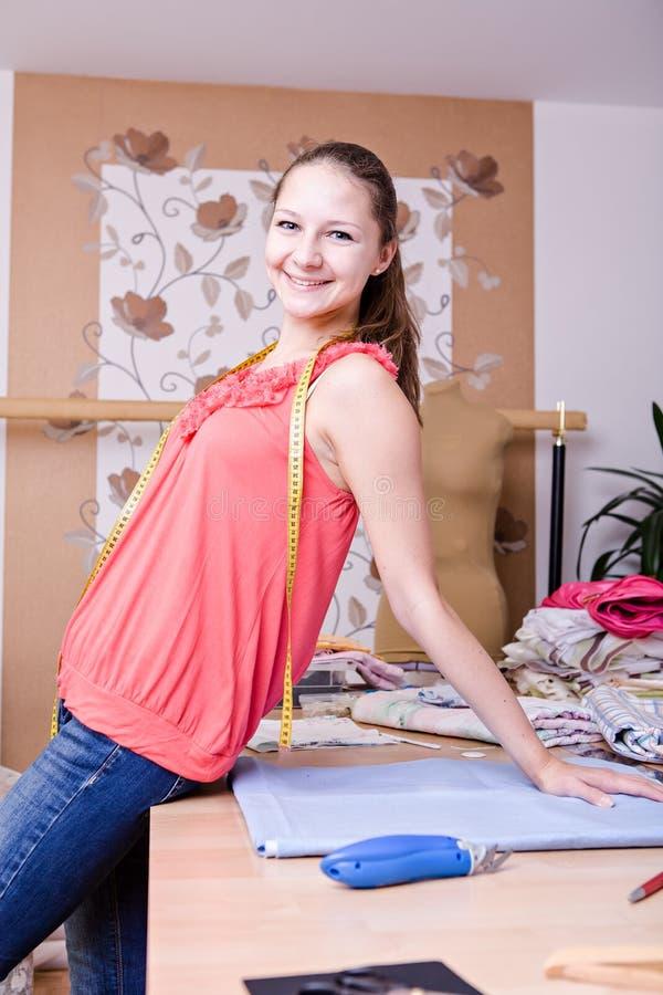 Jeune couturier photo libre de droits
