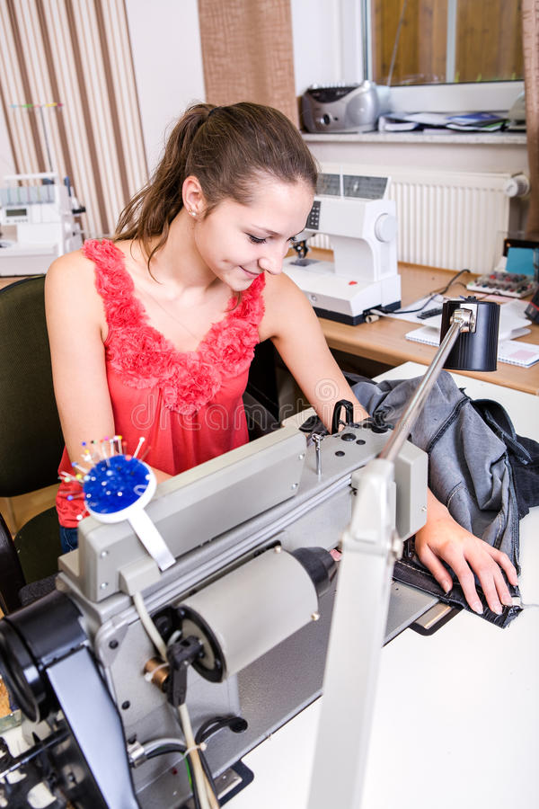 Jeune couturier photographie stock