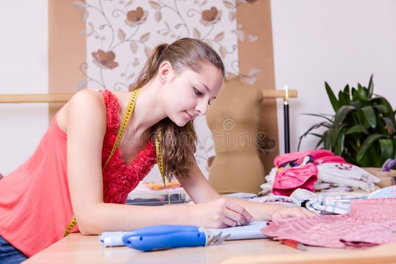Jeune couturier photo stock