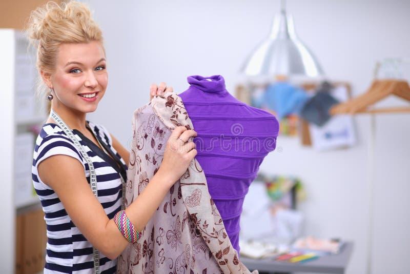Jeune couturier moderne travaillant au studio image stock