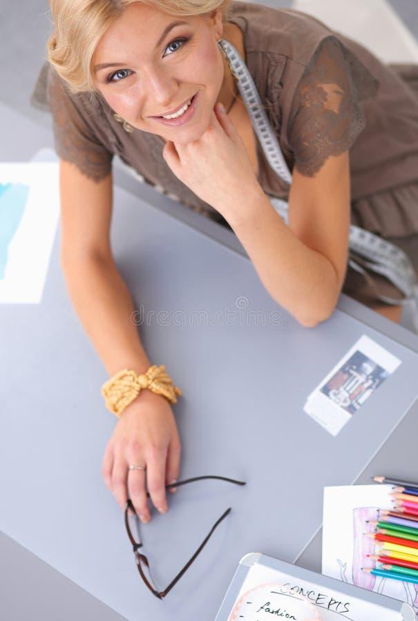Download Jeune Couturier Moderne Travaillant Au Studio Photo stock - Image du idée, affaires: 87700878