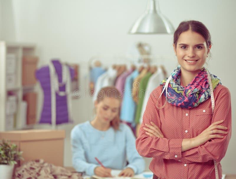 Download Jeune Couturier Moderne Travaillant Au Studio Photo stock - Image du conception, businesswoman: 87701048