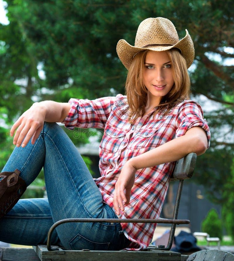 Jeune cow-girl dans le chapeau photos libres de droits