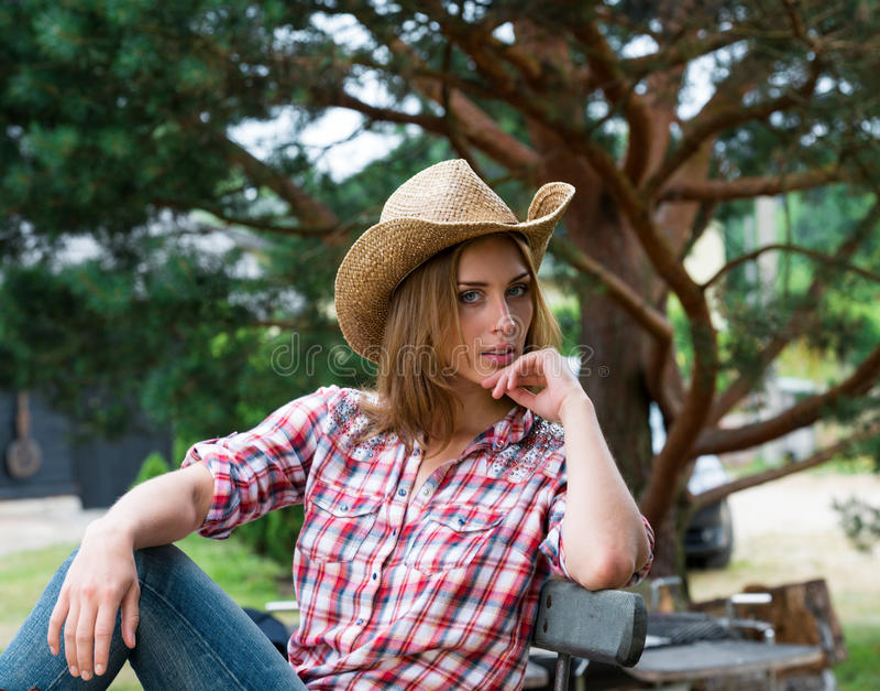 Jeune cow-girl dans le chapeau photo stock