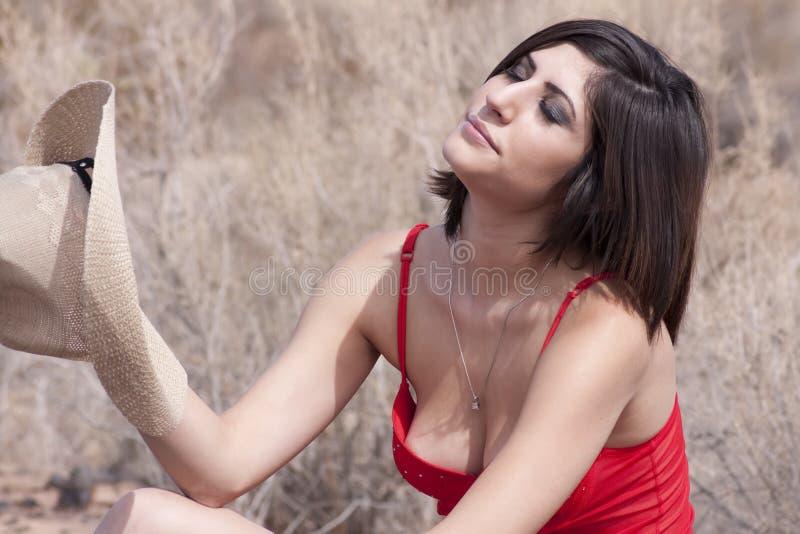 Jeune cow-girl de brunette dans la chaleur de l'Arizona image stock