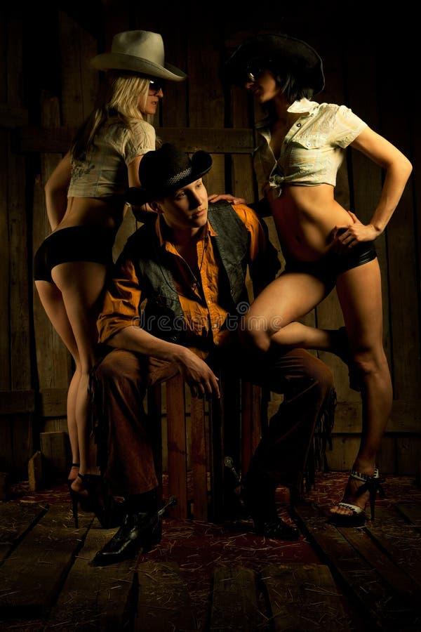 Jeune cowboy avec des filles photo stock