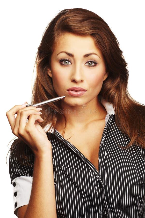 Jeune crayon lecteur de fixation de sourire de business-woman photos stock