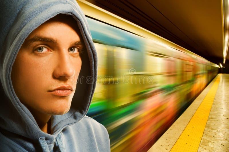 Jeune criminel dans le souterrain images libres de droits