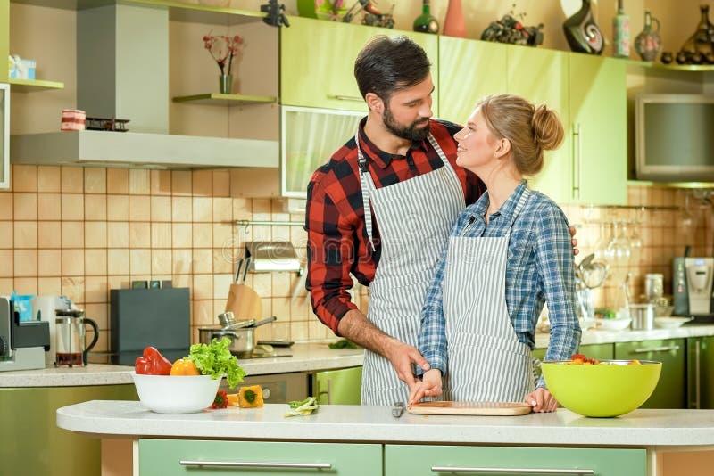 Jeune cuisine de couples photo libre de droits