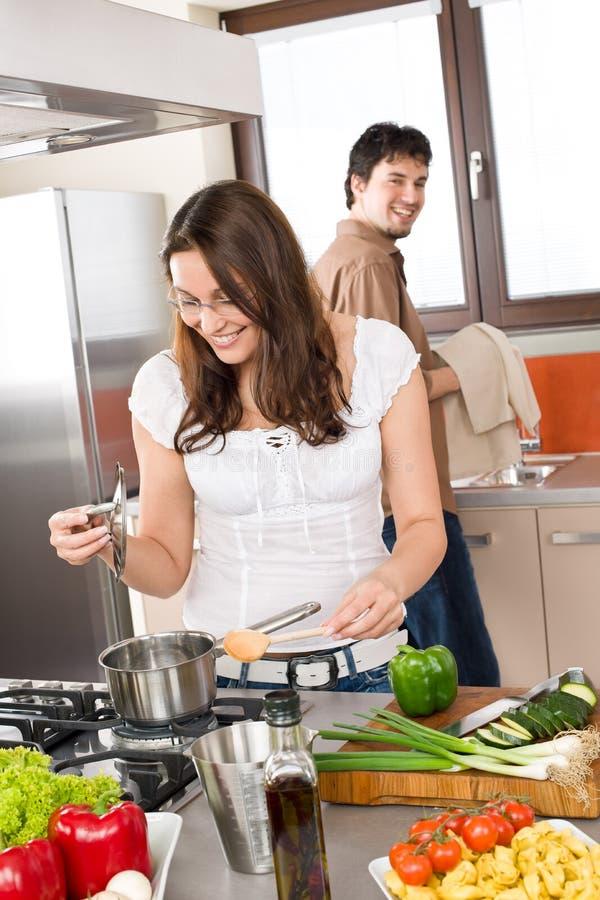 Jeune cuisinier de couples dans la cuisine moderne photo libre de droits
