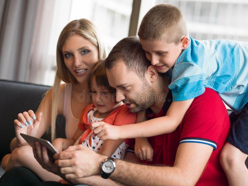 Jeune cuple passant le temps avec des enfants images stock