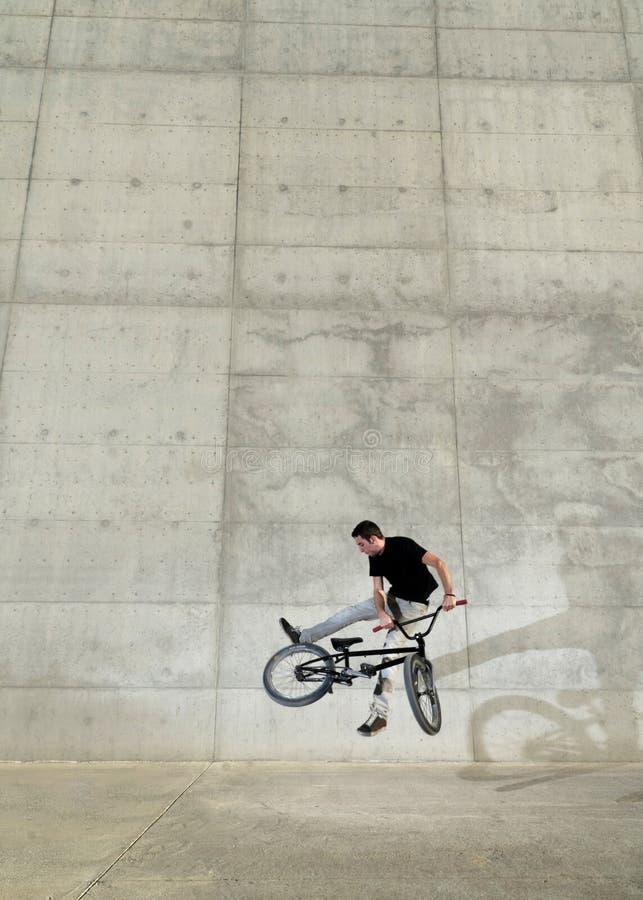 Jeune curseur de bicyclette de BMX image libre de droits