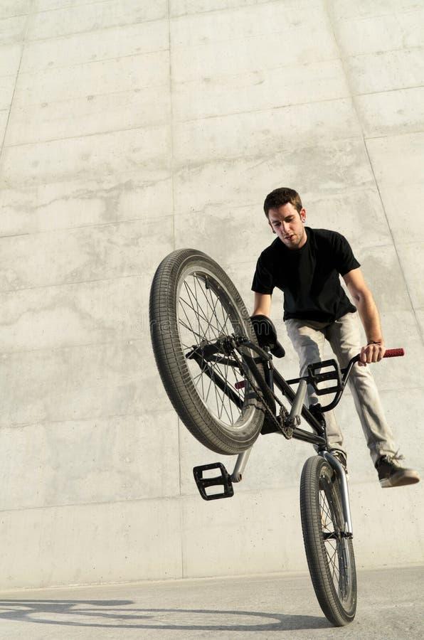 Jeune curseur de bicyclette de BMX photos libres de droits